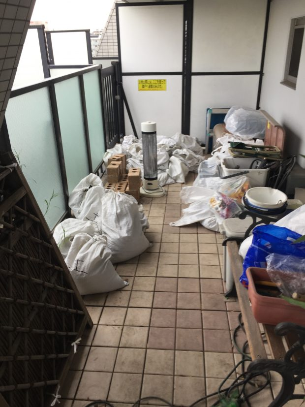 バルコニーに置かれていた大量の土などガーデニング用品を回収!スタッフにおまかせできるので楽に処分できたとご満足いただけたようです。